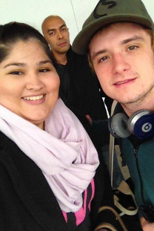 Photos de Josh avec des fans au Hartsfield-Jackson Airport d'Atlanta,le 11 février 2014.