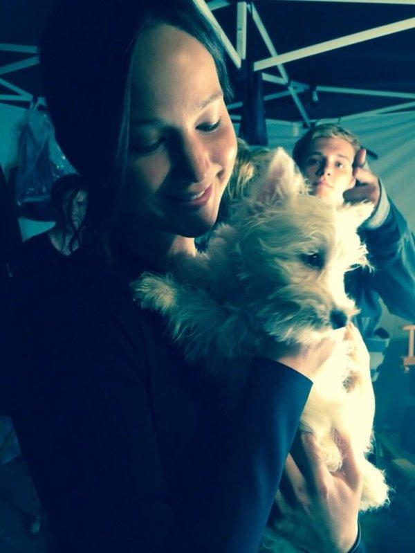 Nouvelle photo de Josh et Jen avec un chien en tournage.