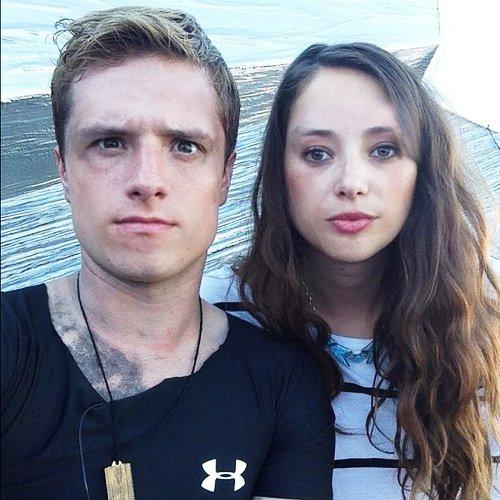 """New/old photo de Josh et une des amie à Jen sur le tournage de """"Catching Fire""""."""