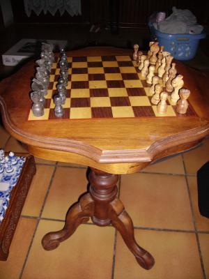 jeu d 39 echec en bois style table basse une passion d 39 un homme collectionneur de jeux. Black Bedroom Furniture Sets. Home Design Ideas