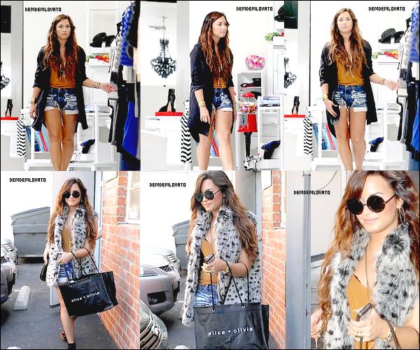 . 15/8/2011 - Demi , magnifique , est allé faire du shooping chez Alice + Olivia à L.A , elle a été également vu sortir de la boutique .  .