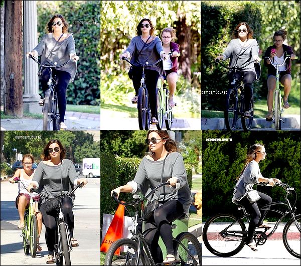 . 25/8/2011 : Demi à été aperçue faisant du vélo avec une amie dans Los Angeles. .