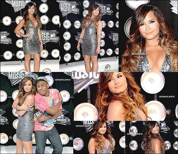 . 28/8/2011 - Demetria était présente aux MTV Video Music Awards . Elle a posé avec sa meilleure amie Selena Gomez , Justin Bieber & Joe Jonas , son ex. Gros top !.  .
