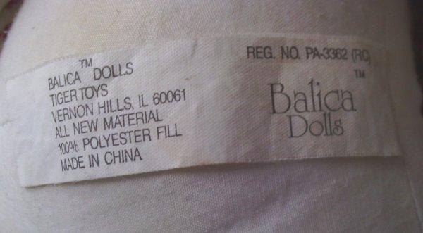 L' étiquette n° 1  recto verso  que porte  la poupée de gauche/  La n° 2  celle que porte la  poupée de droite ,cette poupée a était faite pour l' importation pour les Etats Unis
