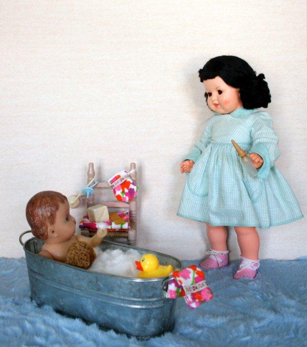 C'est l'heure du bain pour Marie- José .Zella  surveille bébé.