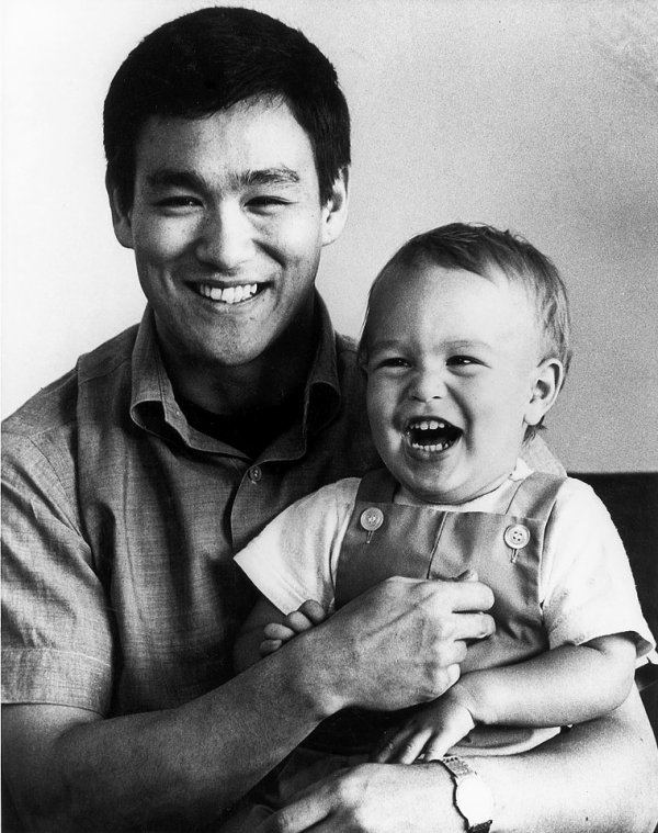 Bruce Lee et son fils Brandon en 1966