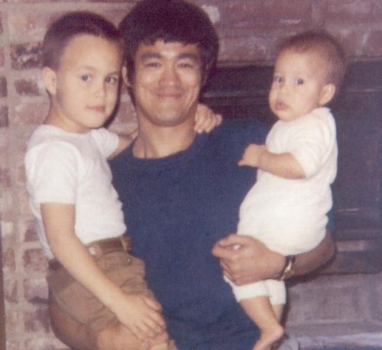 De Retour En Mode Bruce Lee Puis D'hommage
