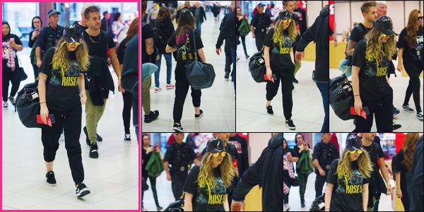 26 juillet 2017 🌷 Perrie Edwards a été photographié avec les filles, arrivant à l'aéroport international d'Adelaide  en Australie.