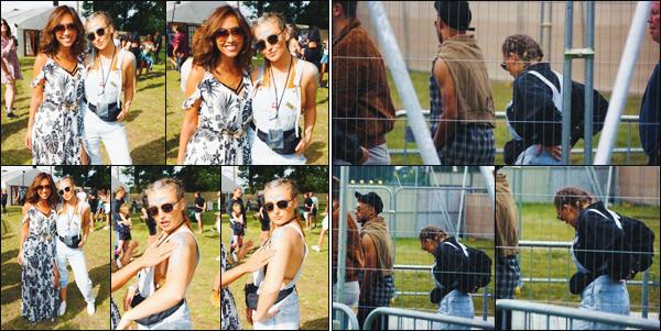 20 août 2017 🌷 Perrie Edwards a été photographié alors qu'elle était au populaire « V Festival »  qui était organisé à Chelmsford.