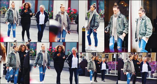 29 septembre 2017 🌷 Perrie Edwards a été photographié en pleine après-midi shopping dans les rues commerçantes de Londres.