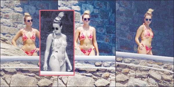 ♦♦ 06 AOUT 2018  Notre belle Perrie L. Edwards a été photographiée en maillot de bain pendant ses vacances à Mykonos ▬ Grèce..