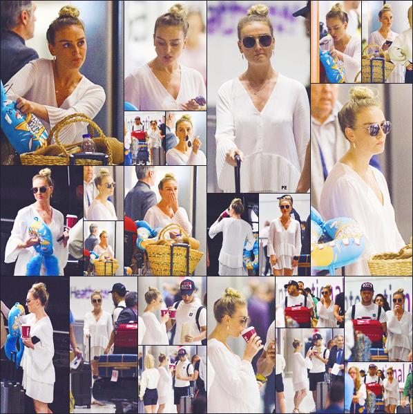 ♦♦ 11 AOUT 2018  Perrie Edwards a été photographiée aux côtés d'Alex O-C à l'aéroport de Londres, revenant d'un voyage à Mykonos..
