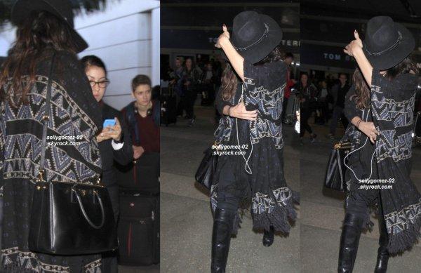 le 3 janvier 2015 - Selena arrivant à l'aéroport de LAX à Los Angeles, en Californie