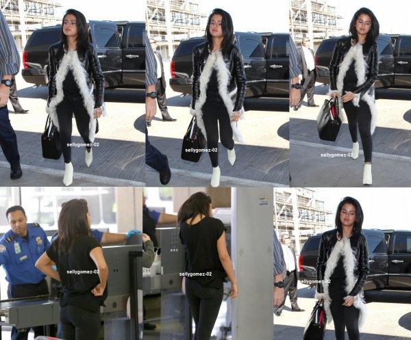 le 28 avril 2015 - Selena embarquer sur un vol à l'aéroport de LAX à Los Angeles, Californie