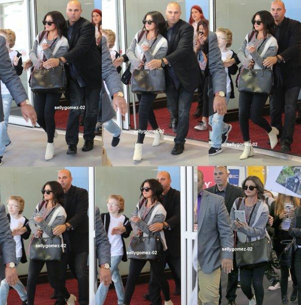 le 1 mai 2015 - Selena arrivant à l'aéroport international JFK à New York, New York
