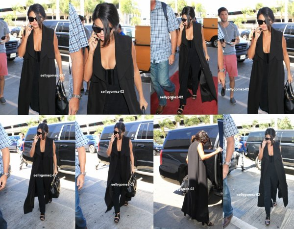 le 17 septembre 2015 - Selena destination de l'aéroport de LAX à Los Angeles, en Californie.