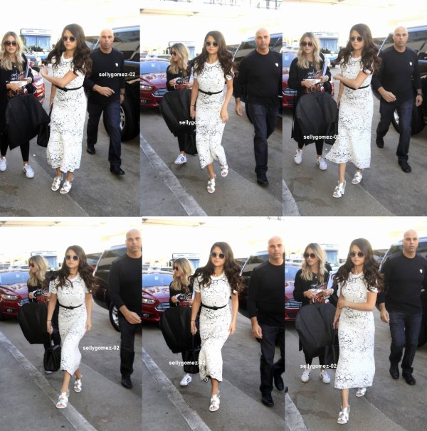 le 9 octobre 2015 - Selena embarquer sur un vol à l'aéroport de LAX à Los Angeles, en Californie