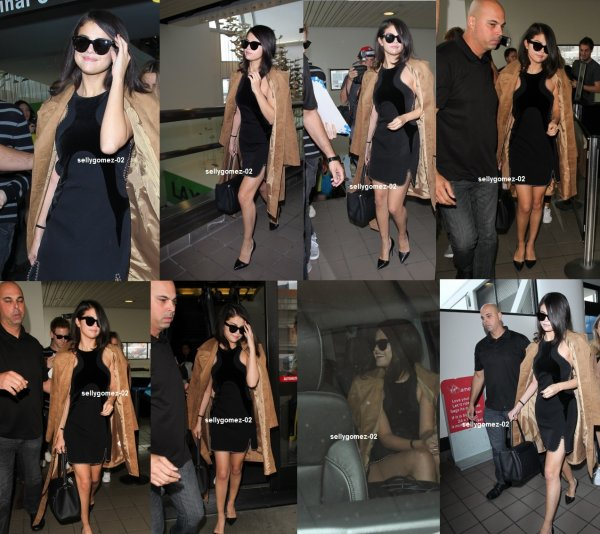 le 15 octobre 2015 - Selena destination de l'aéroport de LAX à Los Angeles, en Californie