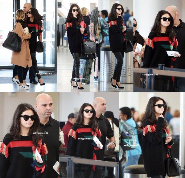 le 15 octobre 2015 - Selena destination de l'aéroport de LAX à Los Angeles, en Californie