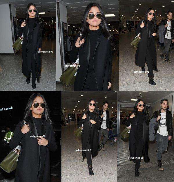 le 12 novembre 2015 - selena En arrivant à l'aéroport de Heathrow à Londres, Royaume-Uni
