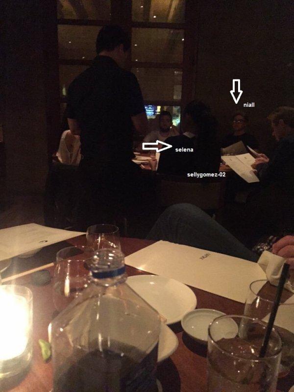 le 23 novembre 2015 - selena et niall horan dans un restaurant à los angeles