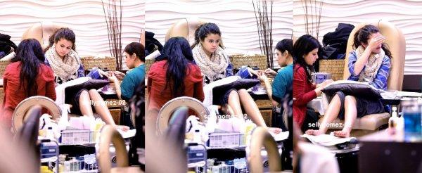 le 2 décembre 2013 - selena s'est rendue dans un salon de beauté à Los Angeles