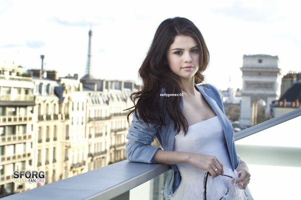 voici un photoshoot de selena datant 2010