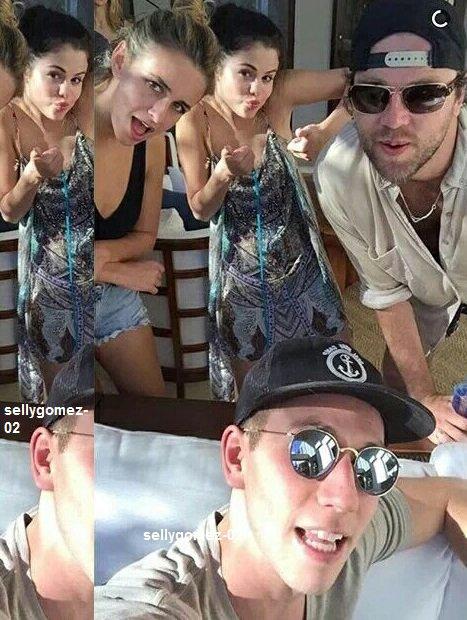 voici une photo de selena avec ses amie à Costa Rica