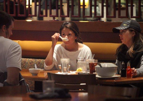 le 8 janvier 2011 - selena Au Sherman Oaks Galleria Mall à Sherman Oaks, en Californie