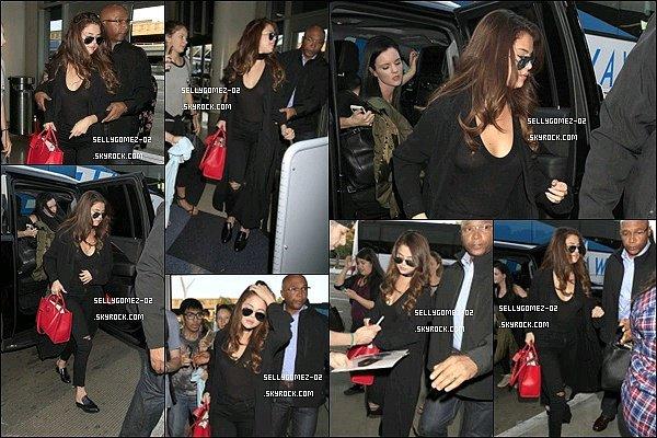 le 16 février 2016 - Selena était à l'aéroport de LAX à Los Angeles