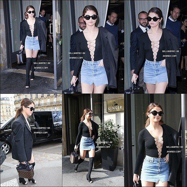 le 7 mars 2016 - Selena arrivant à l'aéroport de LAX à Los Angeles en direction de la capitale française