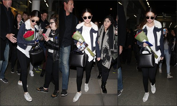Le 10 mars 2016 - Selena quittant les studios de Virgin Radio à Paris