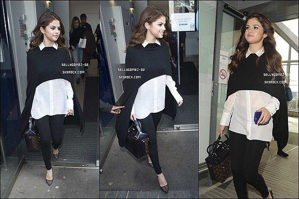 le 11 mars 2016 - Selena quittant les studios de la radio BBC One à Londres