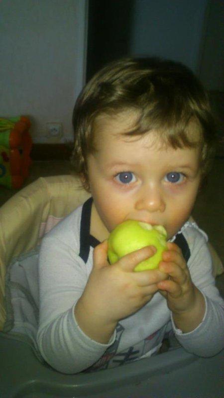 dylan avec sa pomme