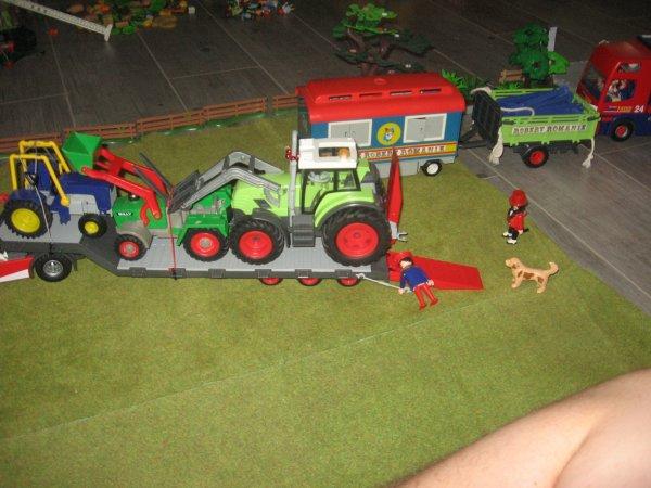 Le premier convoi arrive ! C'estla semi transportant les tracteurs, le groupe éléctrogène et la remorque du chapiteau !