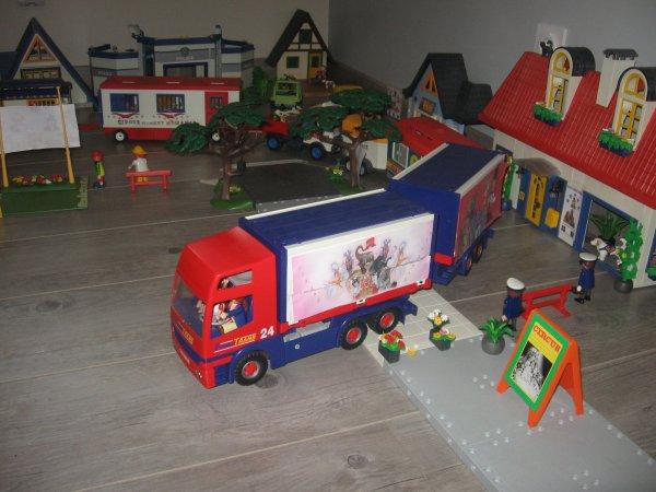 Le second convoi, lui est composé d'un camion accessoire, une remorque avec les animaux exotiques, la roulotte du patron et le van des chevaux !