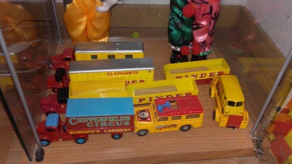 Mes camions Pinder au 1/43 sur la table et ceux au 1/64 dans la vitrine !!!