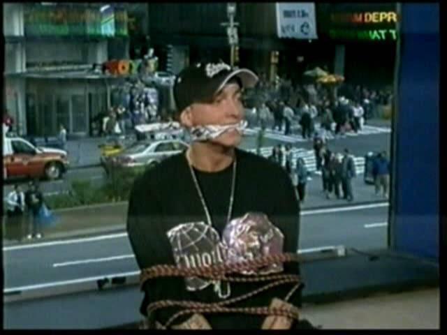 Eminem : ne voùs drogùez pas, ne faites pas l'amoùr sans protection, ne soyez pas violents. Ne faites pas comme moi...
