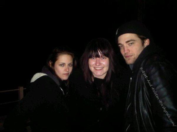 NEW YEAR : Rob & Kristen ont pris la pose avec une fan plus que chanceuse sur l'île de Wight en Angleterre hier soir, la nuit du réveillon de la nouvelle année ♥