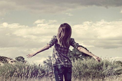 Même si tu es triste parfois même s'il y a des hauts et des bas, N'oublie pas qu'on a qu'une seule vie alors sourit , ne la gâche pas.