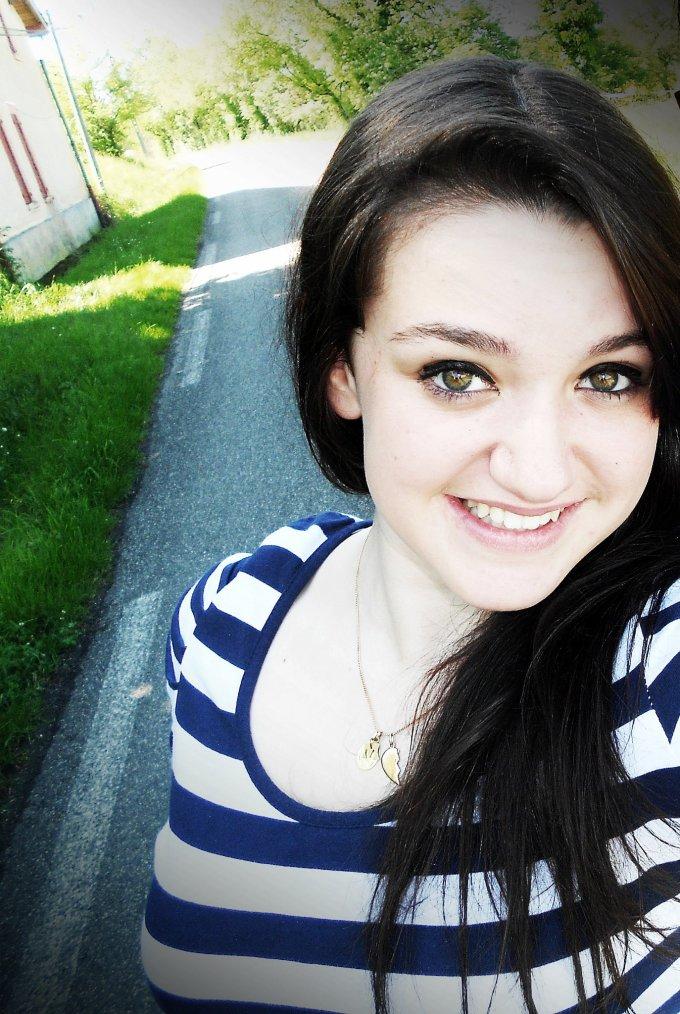 Je fais comme si tout était normal, mais derrière mon sourire, mon regard, j'ai mal.
