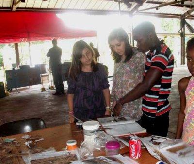 JR Mokanse a animé un atelier sur le technique de collage avec le les eleves du lycée francais René Descarte
