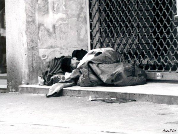 """"""" Quand la ville s'endort, arrive tant de fois une mort silencieuse, un SDF dans le froid """""""