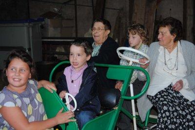TOUS EN VOITURE : Suzanne, Noémie et les enfants ...direction la Salle des Fêtes