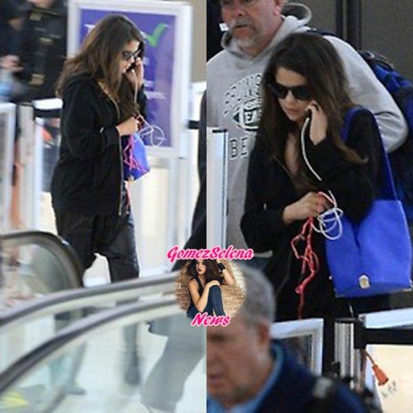 10.03.2014: Selena a été vue arrivant à l'aéroport de New-York.
