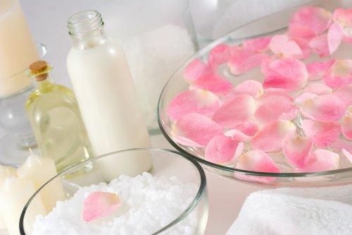 Fabrication de l'eau de rose.