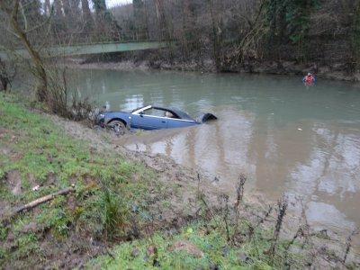 voiture volée et mise dans la canche