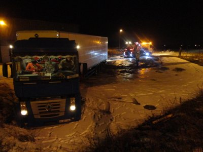 camion patine sur la glace  d un parking