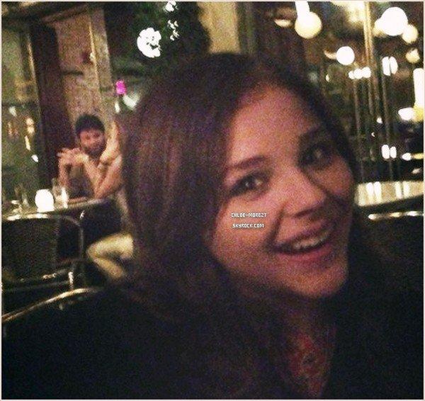 ▬ Le 22/07 , Chloe faisant un arrêt Starbucks à Boston avec Trevor.