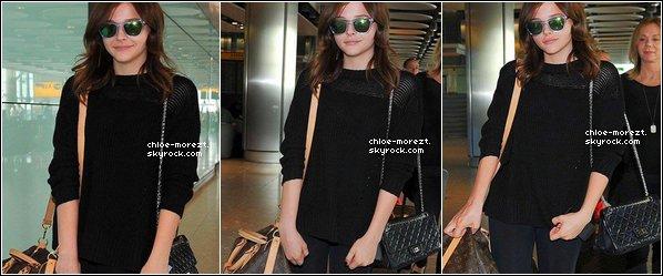 Le 28/08/13 - Chloe et sa famille était à l'aéroport de Londres direction Berlin , pour le tournage de son nouveau film '' Sils Maria ''